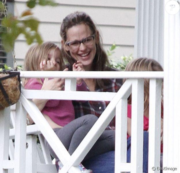 Jennifer Garner et ses enfants Violet, Seraphina et Samuel sortent de leur maison à la Nouvelle-Orléans, le 26 novembre 2012.