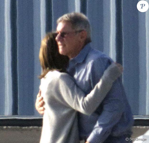 Harrison Ford et sa femme Calista Flockhart partagent un petit câlin avant de quitter Santa Monica, le 25 novembre 2012.