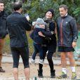 Nicolas Sarkozy s'arrête pour des photos alors qu'il fait son footing au Parc Monceau à Paris le 28 novembre 2012.