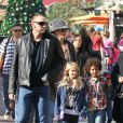 Heidi Klum incognito emmène ses enfants Leni, Johan, Henry et Lou au centre commercial The Grove avec sa mère et son petit ami Martin Kirsten. 21 novembre 2012.