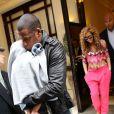 Beyoncé et Jay-Z sortent de leur hôtel à Paris avec Blue Ivy le 4 juin 2012.