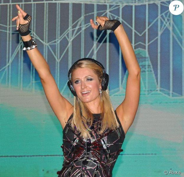 Paris Hilton fait un DJ set à l'India Resort Fashion Week à Goa, le 1er décembre 2012.