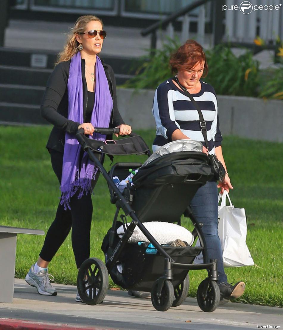 5e806606d54e3 Elizabeth Berkley se promène en tenue de sport avec son fils Sky à Beverly  Hills