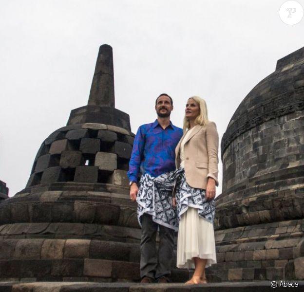Le prince Haakon de Norvège et la princesse Mette-Marit de Norvège au temple bouddhiste Borobudur, en Indonésie, le 28 novembre 2012.