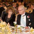 Le roi Carl XVI Gustav et Claudine Haroche au cours du dîner de gala donné à l'Hôtel de Ville de Stockholm en l'honneur des lauréats des prix Nobel, le 10 décembre 2012.