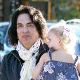 Paul Stanley le guitariste du groupe Kiss se promène avec ses enfants Sarah et Colin à Beverly Hills, le 13 Decembre 2012.