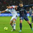 Zlatan Ibrahimovic frustré par Dejan Lovren lors du match entre le Paris Saint-Germain et Lyon le 16 décembre 2012 au Parc des Princes à Paris (victoire 1-0 du PSG)