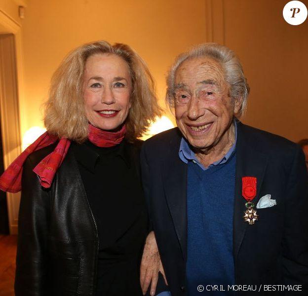 Pierre Grimblat reçoit la légion d'honneur aux côtés de Brigitte Fossey à son domicile parisien le 17 décembre 2012.
