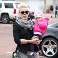 La chanteuse Pink et sa fille Willow vont faire du shopping à Malibu, le 17 décembre 2012. La maman et la fille font une sortie entre filles.
