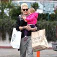 La chanteuse Pink et sa fille Willow vont faire du shopping à Malibu, le 17 décembre 2012.