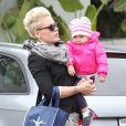 La chanteuse Pink et sa fille Willow vont faire du shopping à Malibu, le 17 décembre 2012. La petite fille est adorable en rose.