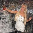 La sexy Coco Austin fait couler le champagne à l'issue de sa première représentation dans la revue burlesque Peepshow. Las Vegas, le 17 décembre 2012.