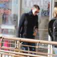 Charlize Theron, toujours avec sa coupe de cheveux type garçonne, va déjeuner avec des amis à West Hollywood, le 20 décembre 2012.