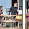 Charlize Theron affiche sa coupe garçonne brune avec le sourire et ses amis à West Hollywood, le 20 décembre 2012.