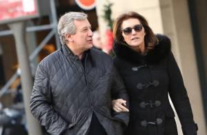 Cécilia Attias gourmande et amoureuse au bras de Richard dans les rues de Paris