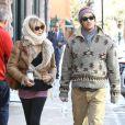 Goldie Hawn et son fils Oliver Hudson, dans les rues d'Aspen (Colorado), le 22 décembre 2012.