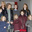La reine Sofia d'Espagne entourée de ses filles les infantes Elena et Cristina d'Espagne, sa belle-fille la princesse Letizia et ses huit petits enfants, assiste à une représentation de la comédie musicale The Sound of Music à l'Arteria Coliseum. Madrid, le 22 décembre 2012.
