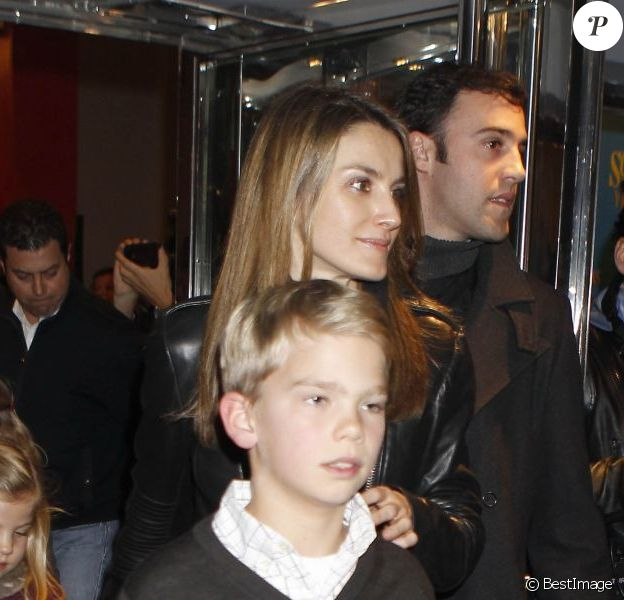 La princesse Letizia d'Espagne assiste avec sa belle-mère la reine Sofia, ses belles-soeurs Elena et Cristina et leurs enfants respectifs à une représentation de The Sound of Music à l'Arteria Coliseum. Madrid, le 22 décembre 2012.
