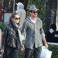 Robert Downey Jr. et sa femme Susan Levin font du shopping à Santa Monica le 16 décembre 2012. Le couple marche main dans la main.