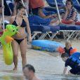 Coleen Rooney, épouse de Wayne Rooney enceinte de leur deuxième enfant, en vacances avec leur fils de 3 ans, Kai, à La Barbade le 28 décembre 2012.