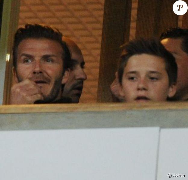 David Beckham entouré de ses fils, Roméo, Cruz et Brooklyn, assistent au match de foot entre West Ham United et Manchester United, à Londres, le 5 janvier 2013.