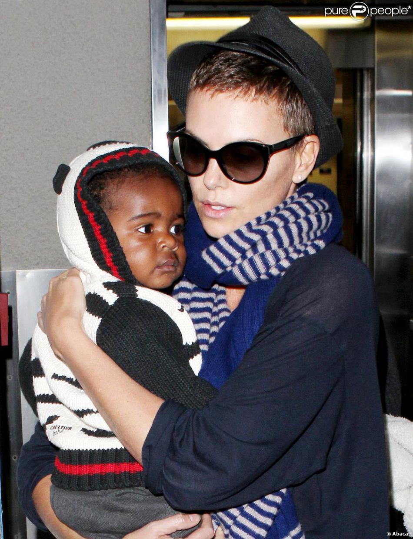 Charlize Theron, son fils Jackson et sa maman Gerda arrivent à l'aéroport de Los Angeles le 6 janvier 2013. la maman tient fermement son fils dans les bras.