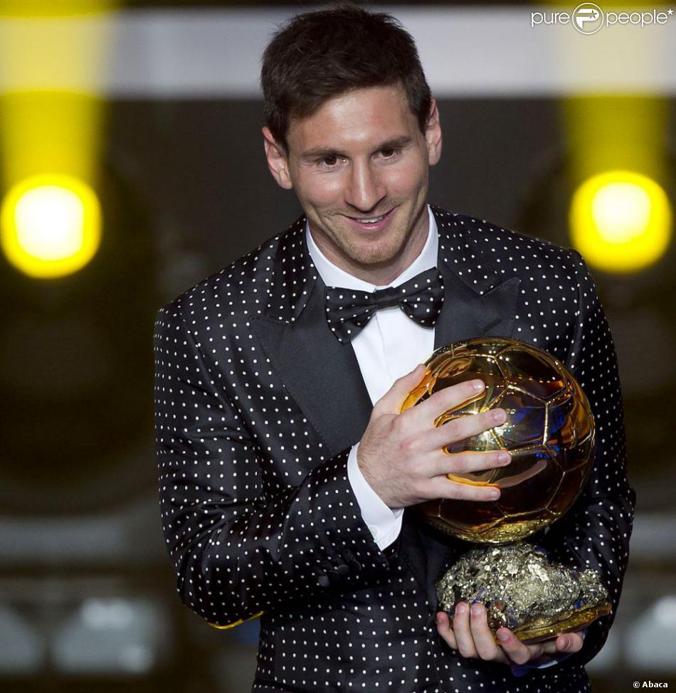 Lionel Messi, en magnifique costume Dolce & Gabbana à petits pois blancs, a reçu lundi 7 janvier son quatrième Ballon d'or consécutif à Zurich