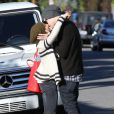 Ashley Tisdale et son petit ami Christopher French échangent un long baiser, avant d'aller déjeuner au restaurant à Hollywood, le 10 janvier 2012.