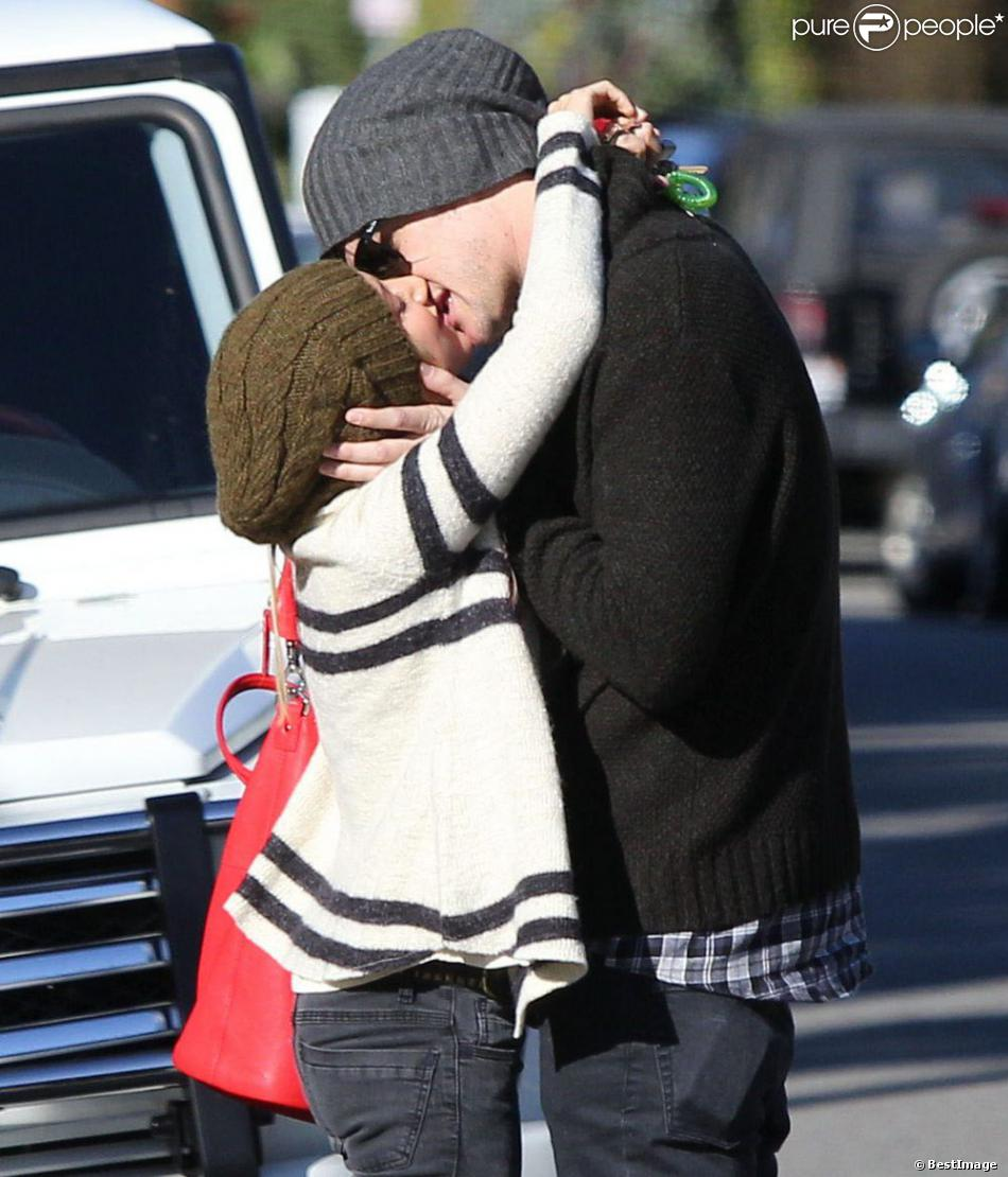 Ashley Tisdale et son petit ami Christopher French en plein ébat avant d'aller déjeuner au restaurant à Hollywood, le 10 janvier 2012.