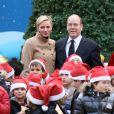 Le prince Albert II de Monaco et la princesse Charlene lors du Noël des enfants de la principauté, au palais, le 12 décembre 2012