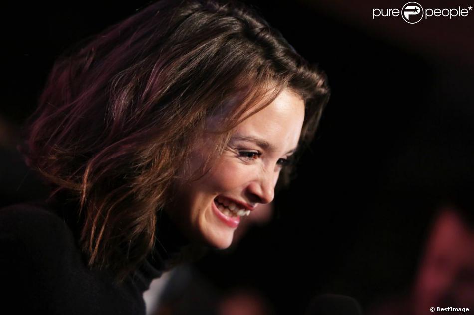 Charlotte Le Bon affiche un sourire radieux pendant le 16e festival international du film de comédie de l'Alpe d'Huez le 17 Janvier 2013.