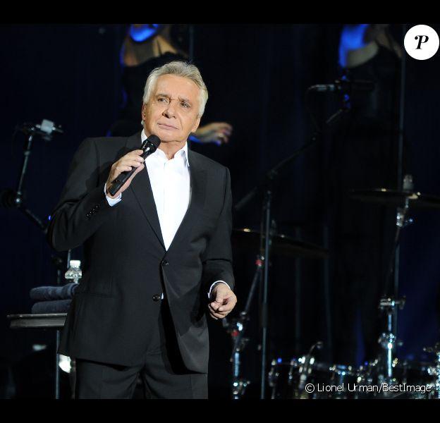 Michel Sardou en plein concert au Palais Omnisports de Paris Bercy à Paris, le 12 décembre 2012.