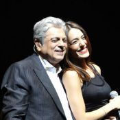 Enrico Macias complice avec la belle Sofia Essaïdi devant le couple Sarkozy