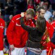 La princesse Mary de Danemark remet l'argent et console les Danois ainsi que leur sélectionneur Ulrik Wilbek après la finale du championnat du monde de handball 2013, au Palau San Jordi, à Barcelone, le 27 janvier 2013, marquée par la victoire écrasante de l'Espagne, 35-19.