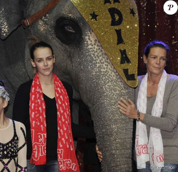 La princesse Stéphanie de Monaco et sa fille Pauline réunies autour des artistes de la 2e édition du New Generation, un festival de cirque consacré aux jeunes talents, à Monaco, le 31 janvier 2013.
