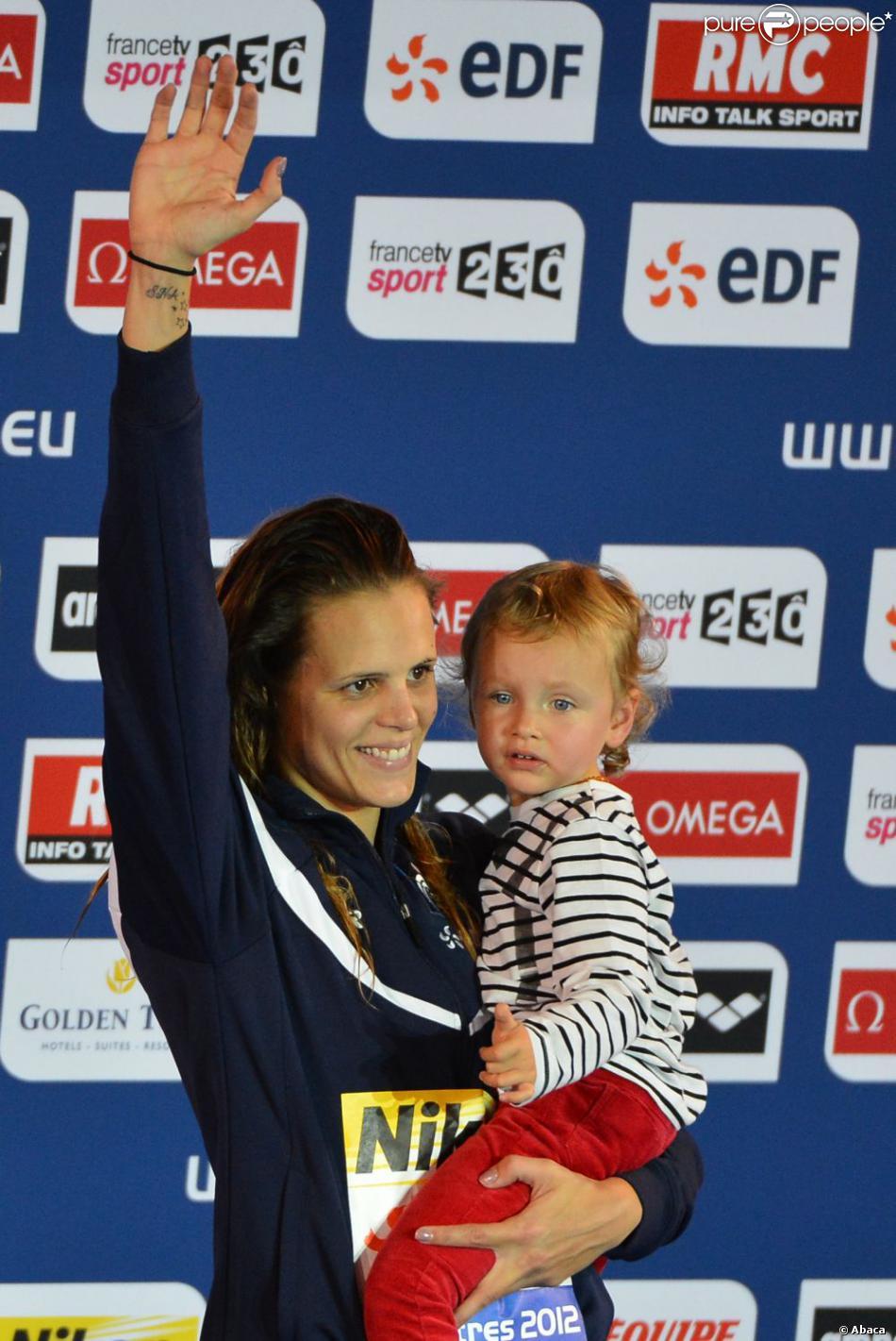 Laure Manaudou et sa petite Manon le 24 novembre 2012 lors des championnats d'Europe à Chartres après sa victoire sur 50m dos