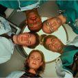 Anthony Edwards, Eriq La Salle, George Clooney, Noah Wyle, Sherry Stringfield, sur une affiche promo pour la série Urgences.