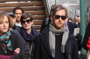 Anne Hathaway, souriante et heureuse pour son arrivée à Paris avec son mari