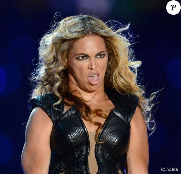 Beyoncé, dans une horrible grimace, a mis le feu à la mi-temps du Superbowl, le dimanche 3 février 2013 à la Nouvelle-Orléans.