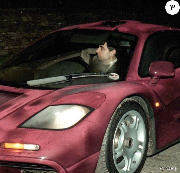 Rowan Atkinson au volant de son bolide McLaren, sort de chez chez le prince Charles, à Londres, le 15 novembre 1998.