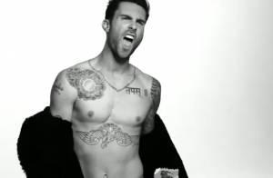 Adam Levine, torse nu, exhibe ses abdos et sort son parfum !