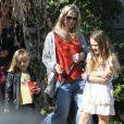 Jennie Garth promène son chien en compagnie de sa fille Fiona à Los Angeles le 9 février 2013.