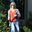 Jennie Garth promène son chien en compagnie de sa fille Fiona à Los Angeles le 9 février 2013. Son look hippie laisse franchement à désirer.