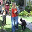 Jennie Garth, particulièrement mal habillée, promène son chien en compagnie de sa fille Fiona à Los Angeles le 9 février 2013.