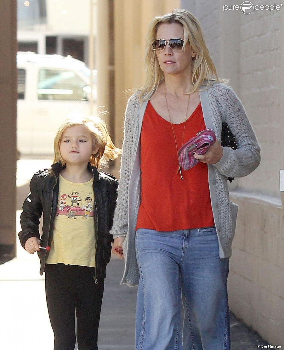 L'actrice Jennie Garth promène son chien en compagnie de sa fille Fiona à Los Angeles le 9 février 2013.