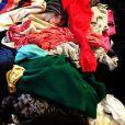 Jennie Garth a posté dimanche 10 février une photo de sa fille Fiona cachée sous une pile de vêtements.