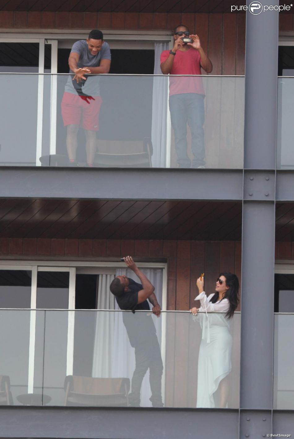 Kim Kardashian enceinte et son compagnon Kanye West, sur la terrasse de leur hôtel, saluent les fans ainsi que Will Smith qui loge juste à l'étage du dessus. Photo prise à Rio. Février 2013.