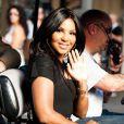 Toni Braxton, radieuse, sur le plateau de l'émission Extra!, interviewé par Mario Lopez à Los Angeles, le 31 janvier 2013.
