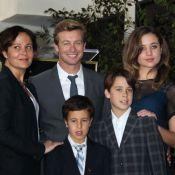 Simon Baker, ému aux larmes, reçoit son étoile devant Naomi Watts et sa famille