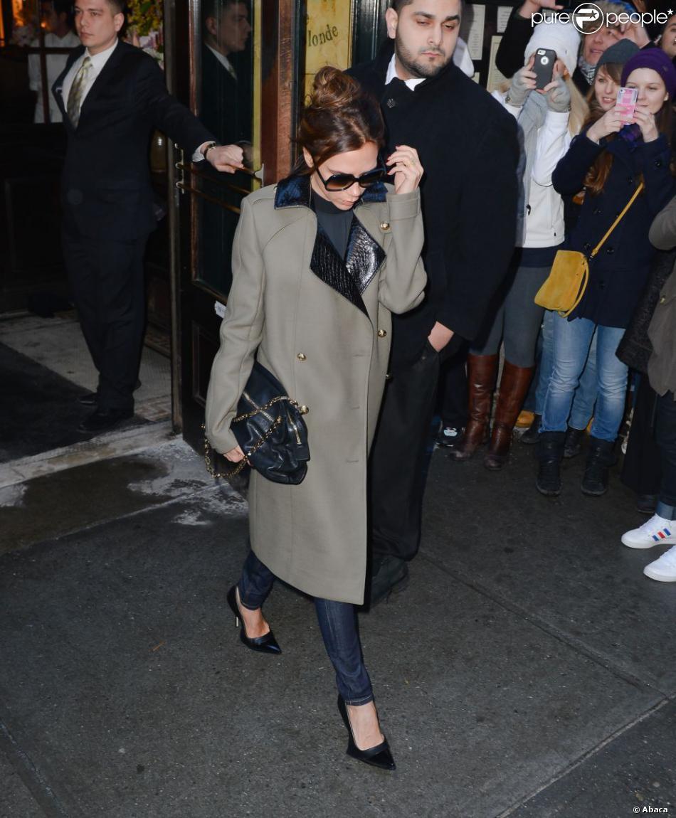 Victoria Beckham, entièrement habillée en Victoria Beckham et chaussée de souliers Manolo Blahnik à la sortie du restaurant Balthazar. New York, le 10 février 2013.
